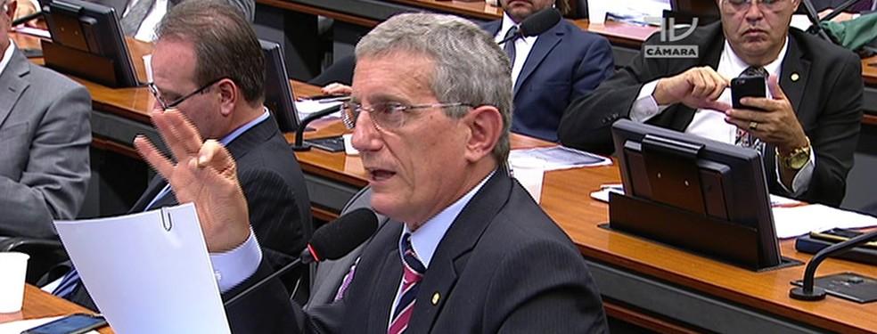 O deputado Darcísio Perondi durante reunião de comissão da Câmara — Foto: Reprodução/TV Câmara