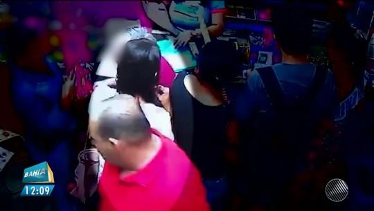 Câmera de segurança flagra mulher abrindo bolsa de idosa e furtando celular dentro de loja na BA; assista