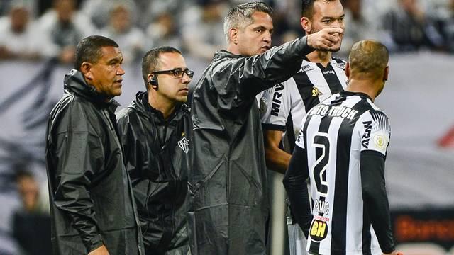 Rodrigo Santana orienta Réver e Patric