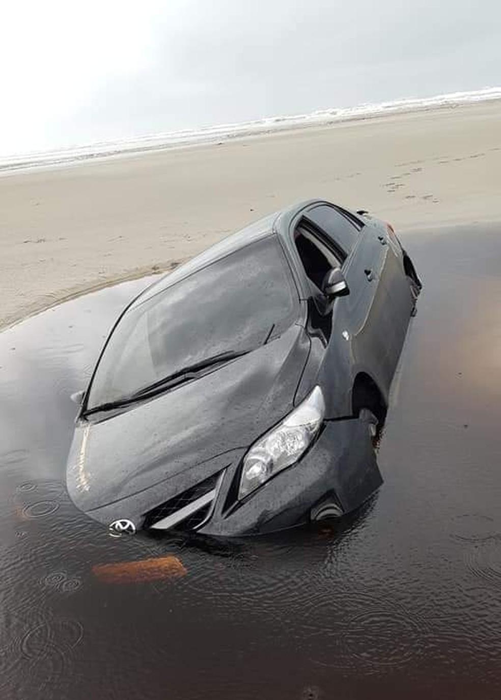 Carro atolado na faixa de areia foi tomado pelo mar em Ilha Comprida, SP — Foto: Arquivo pessoal/José Soares Bender