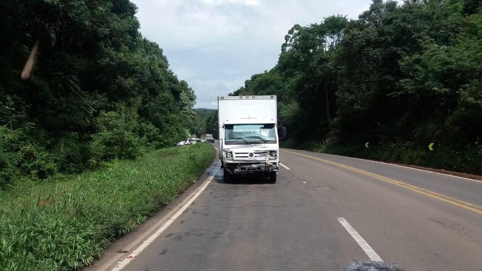 Batida frontal entre caminhão e carro causou morte de jovem de 19 anos em Vargem Bonita no final da manhã desta terça-feira (19) — Foto: PRF/Divulgação