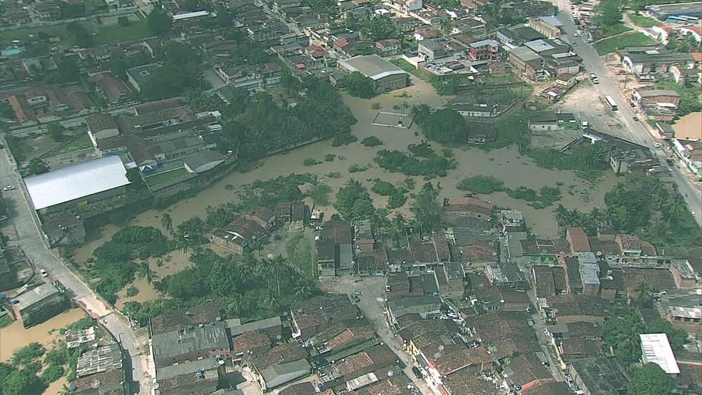 Imagem área mostra a situação da cidade de Barreiros, na Mata Sul de Pernambuco, neste domingo (21), após os Rios Una e Carimã transbordarem — Foto: Reprodução/TV Globo