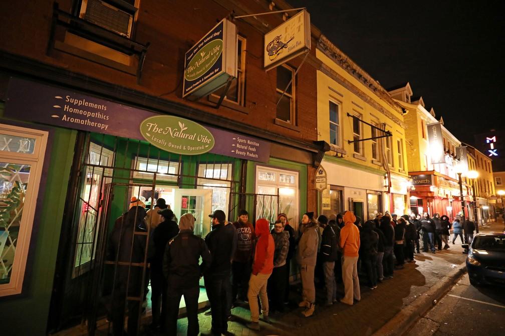 Clientes fazem fila do lado de fora de loja depois que a maconha recreativa legal foi colocada à venda em St John's, no Canadá, nesta quarta-feira (17) — Foto: Chris Wattie/ Reuters