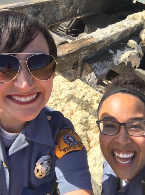 Policial faz selfie diante de massa fermentada em estrada de Tacoma