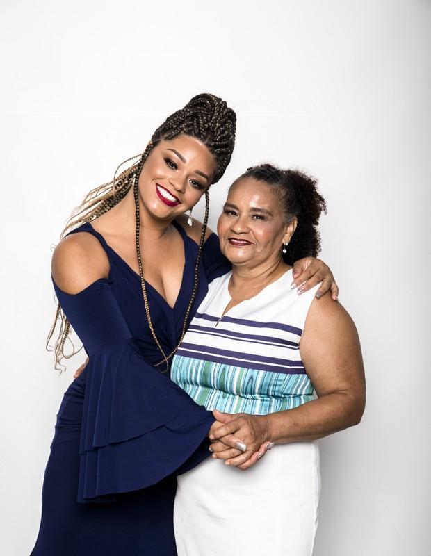 Juliana Alves e a mãe Maria de Fátima Machado (Foto: Globo/João Miguel Júnior)
