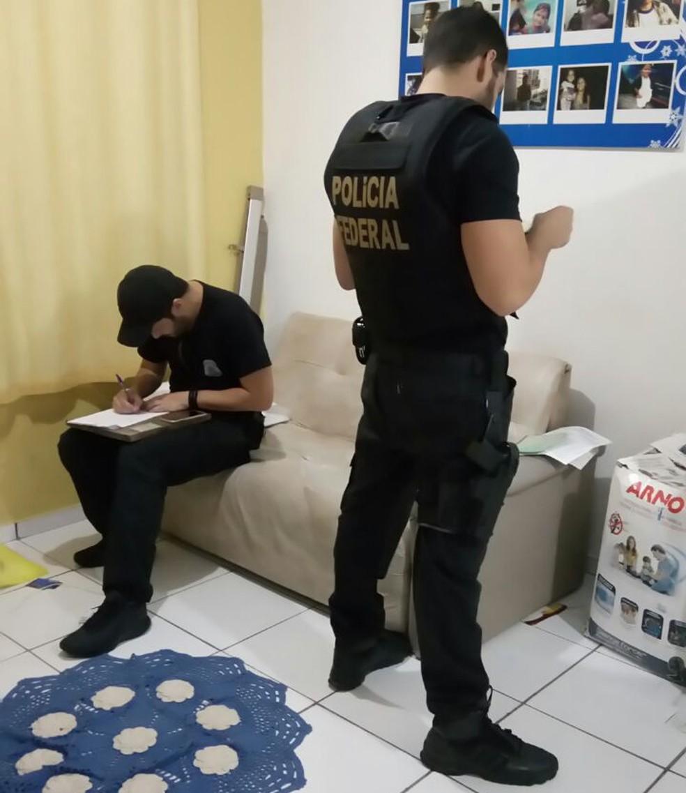Políciais cumprem mandados de busca e apreensão. (Foto: Divulgação/ Polícia Federal)