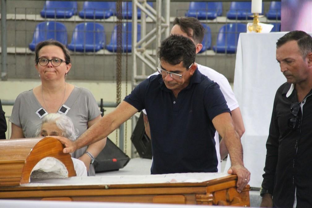 Pai de Gabriel Diniz, Cizinato Diniz, no velório do filho, em João Pessoa — Foto: André Resende/G1