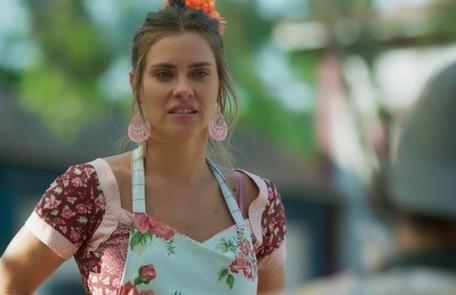 No sábado (20) Afrodite (Carolina Dieckmann) passará mal após discutir com Nicolau (Marcelo Serrado) e o expulsará de casa TV Globo