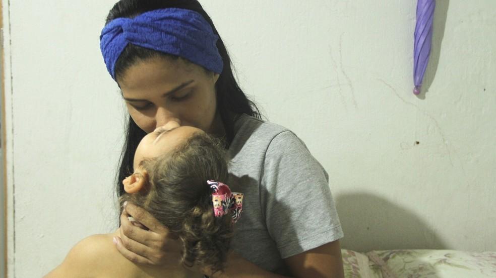 Camilla e a filha, Maria Lys, que tem microcefalia, em João Pessoa (Foto: Krystine Carneiro/G1)
