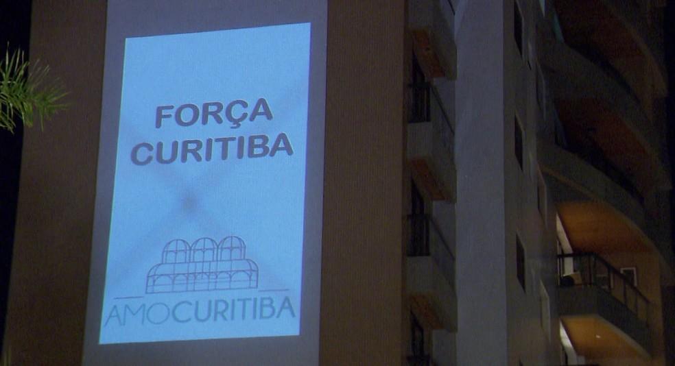Mensagens são projetadas em prédio de Curitiba — Foto: Reprodução/RPC