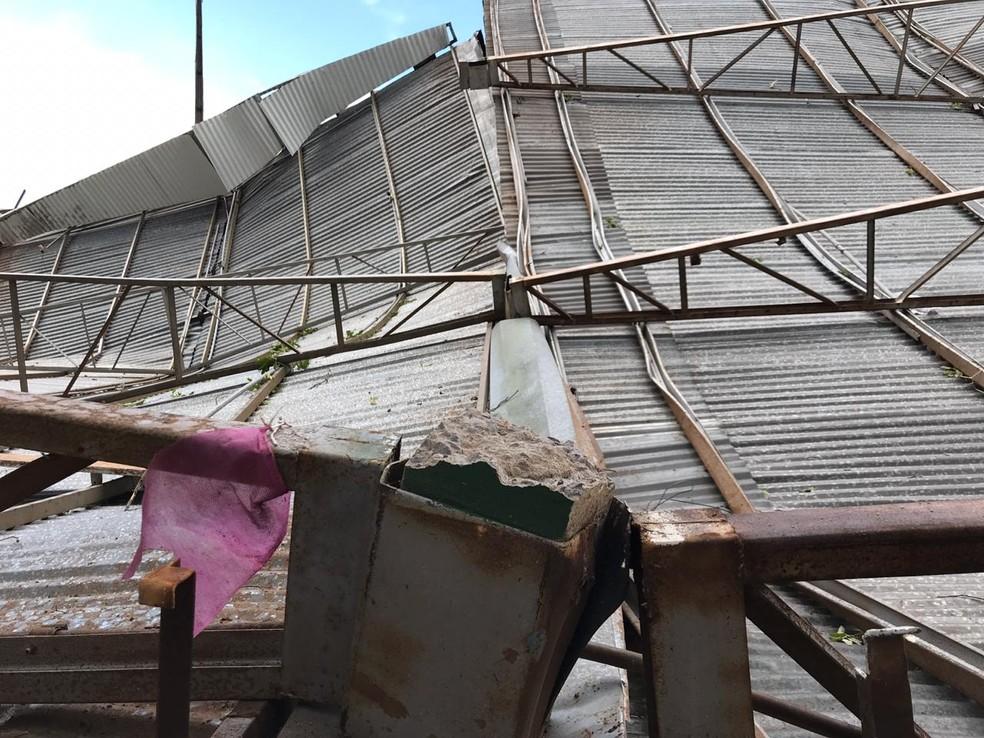 Vendaval derrubou cobertura no Poliesportivo de Adamantina — Foto: Siga Mais/Cedida