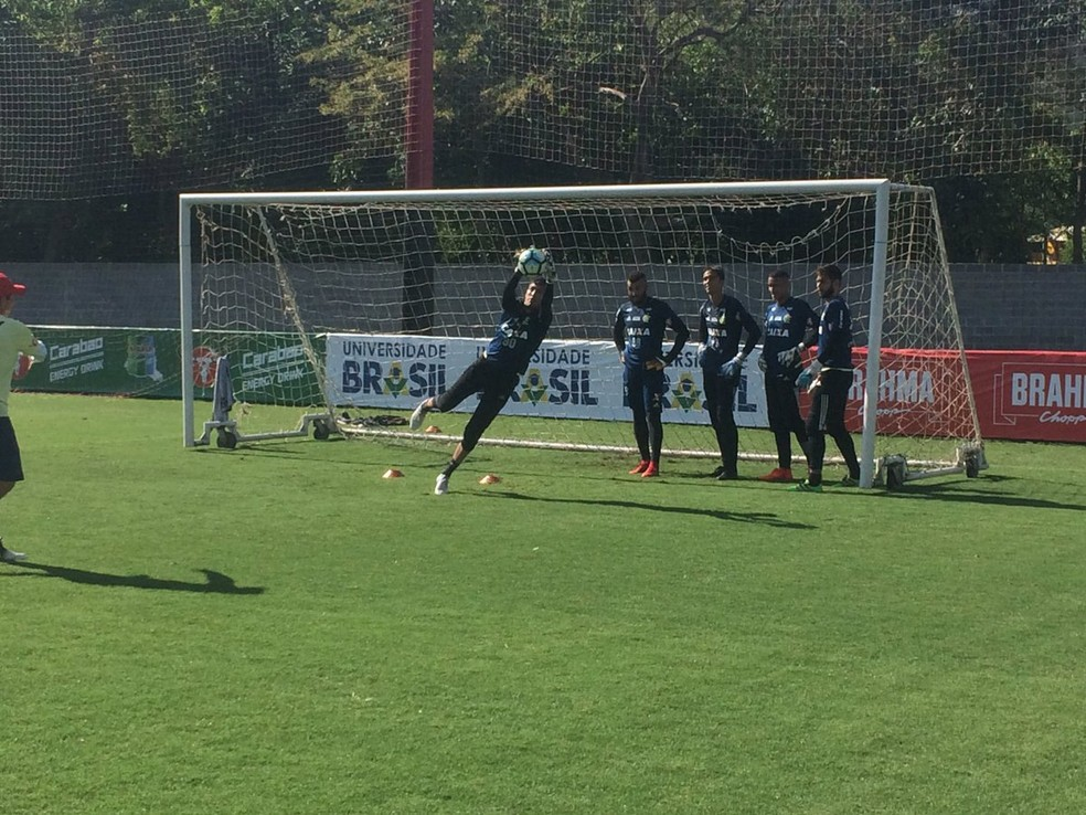 Thiago volta a treinar com bola no CT (Foto: Reprodução/Twitter)