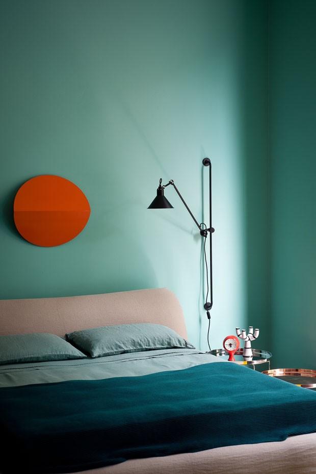 Décor do dia: quarto em verde água com toque laranja (Foto: Andrea Ferrari)