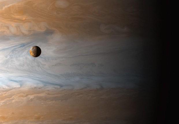 Pedaço do planeta Júpiter e a lua Io, captados pela sonda Cassini quando esta estava a caminho de Saturno (Foto: Taschen/Facebook)