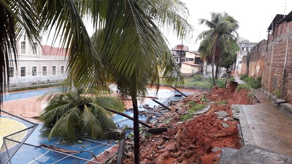 Um pedaço da passarela desmoronou e derrubou parte do alambrado sobre a quadra — Foto: Klênyo Galvão/Inter TV Cabugi