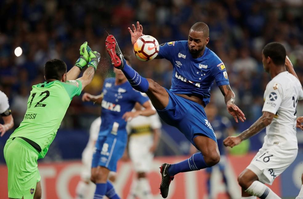 Dedé levou amarelo após disputa no alto com o goleiro Rossi  — Foto: REUTERS/Washington Alves