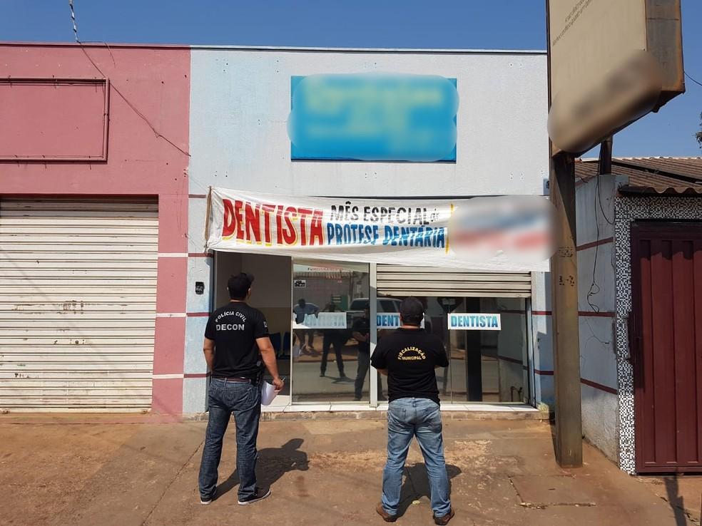 Homem foi flagrado atendendo um paciente em uma clínica, no Bairro Novo Paraíso, em Cuiabá — Foto: Polícia Civil de Mato Grosso/Assessoria