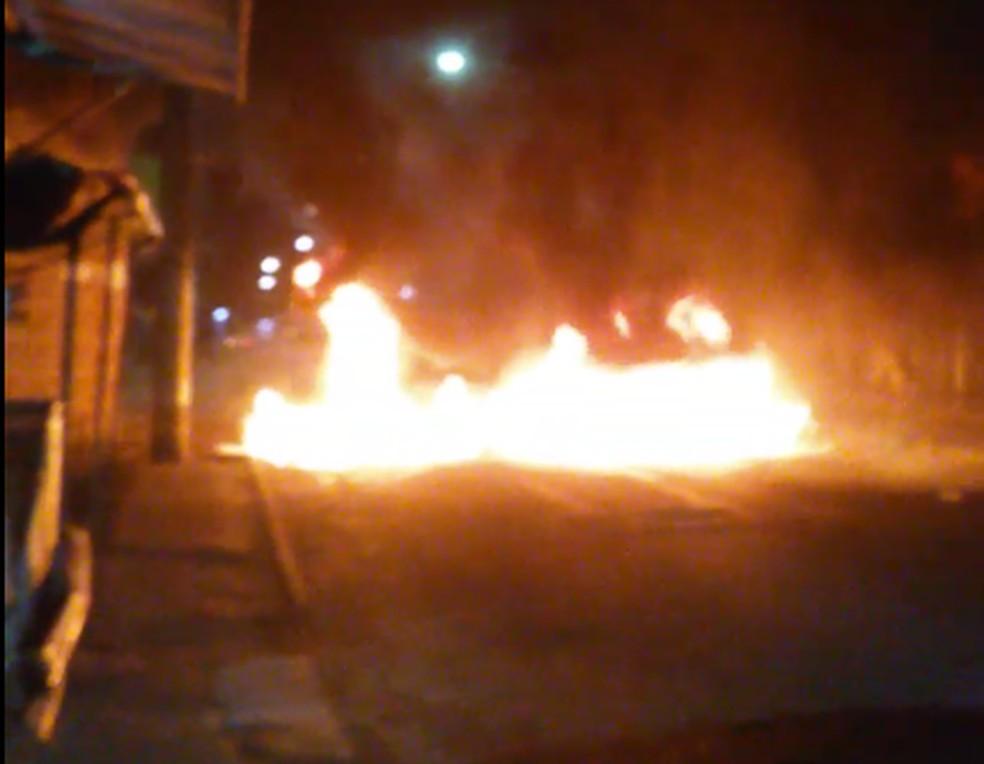 Moradores fazem protesto na Estrada das Barreiras — Foto: Arquivo Pessoal