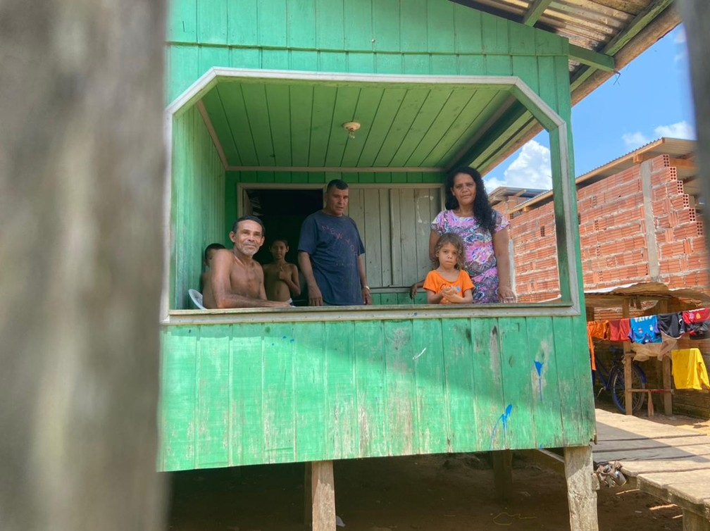 CALHA NORTE - A família de Antônio Jorge Correia, de 50 anos, e de Maria Pereira, de 48 anos, conhece a realidade do bairro da Várzea, em Cruzeiro do Sul.  — Foto: Mayara Subtil/Rede Amazônica