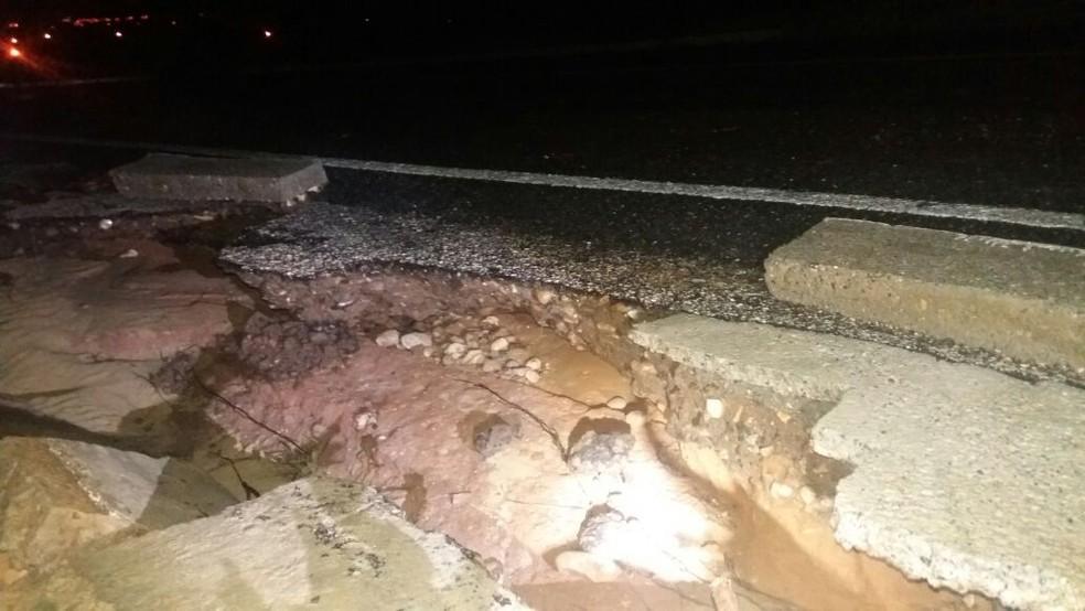 Buracos se abriram durante chuva na BR-405, na região Oeste potiguar (Foto: PRF/Divulgação)
