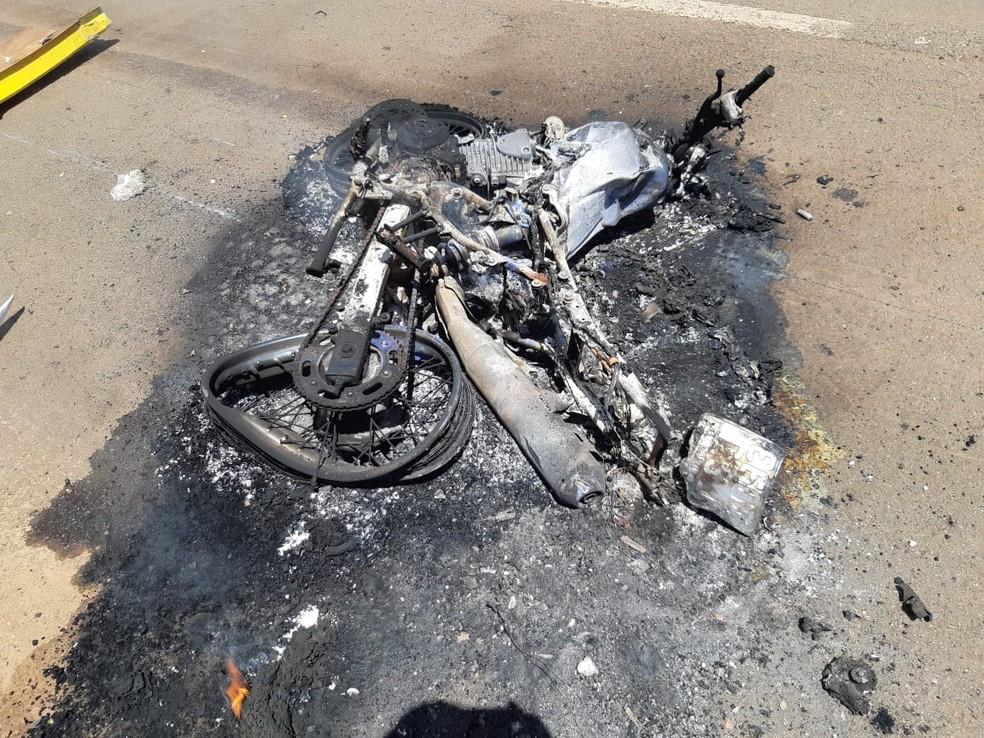 Motocicleta pegou fogo após o acidente na BR-316 em Pio XII — Foto: Divulgação/Polícia Rodoviária Federal