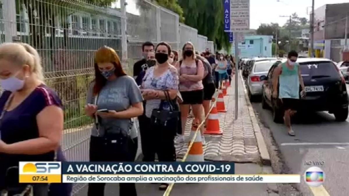 Cidades vacinam profissionais fora da linha de frente da Covid-19 antes de imunizar idosos