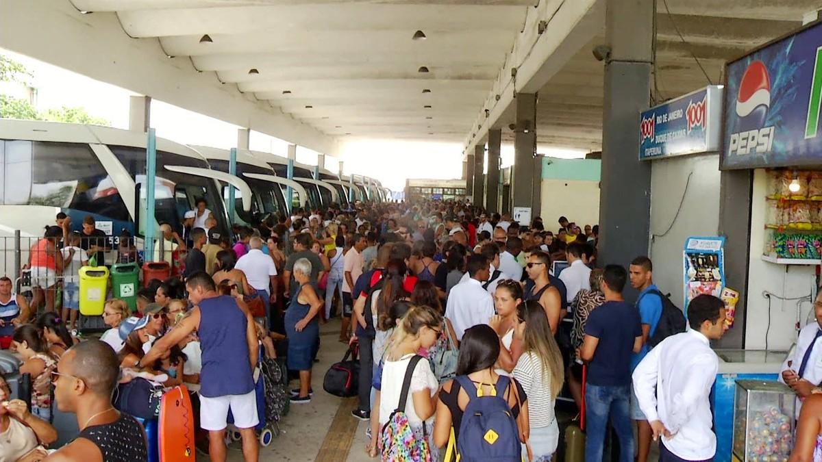 Rodoviária de Cabo Frio, RJ, fica lotada e atraso de ônibus gera transtorno nesta terça