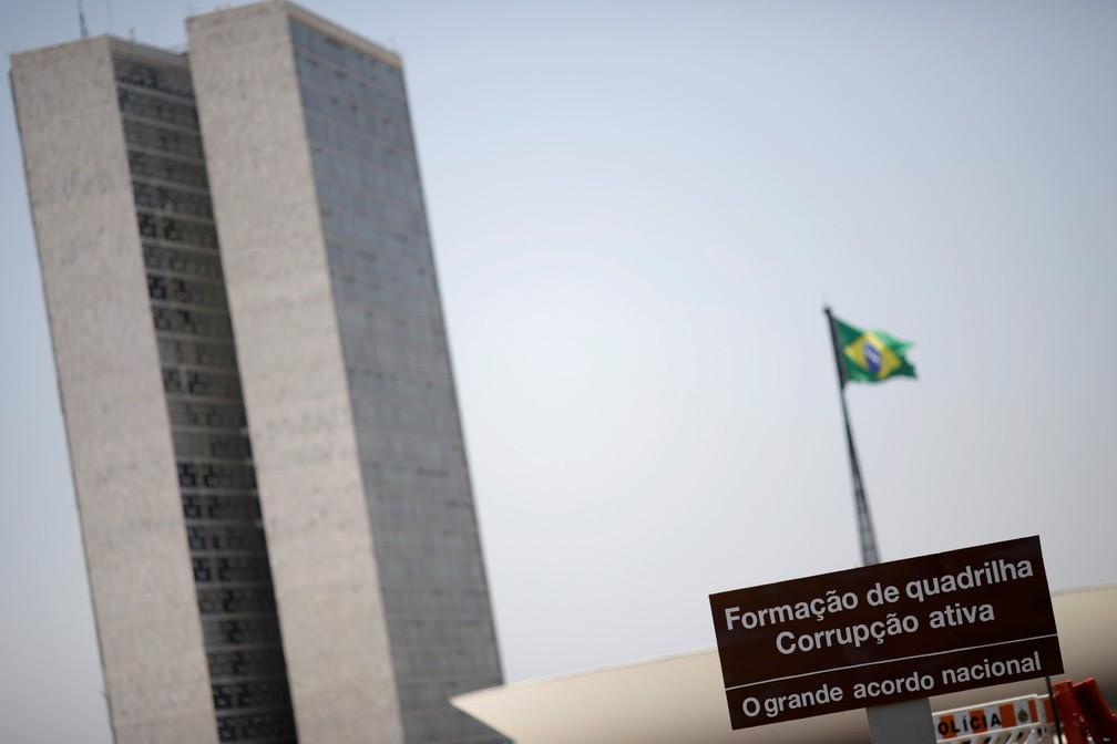 Uma placa de sinalização do Congresso Nacional, em Brasília, é vista com uma mensagem de protesto nesta segunda-feira (16) (Foto: Ueslei Marcelino/Reuters)