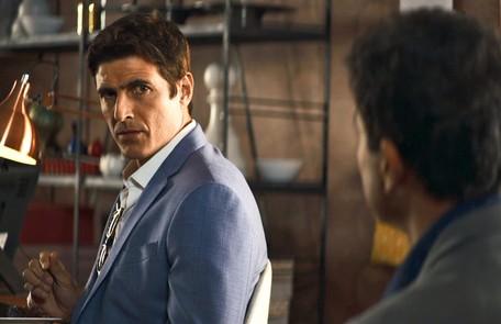 Na segunda-feira (15), Régis (Reynaldo Gianecchini) sugere que Maria da Paz (Juliana Paes) compre uma mansão no nome de Josiane (Agatha Moreira) Reprodução
