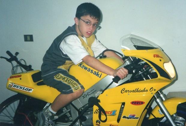 Júnior com 10 anos e sua máquina para o motovelocidade (Foto: Arquivo pessoal)