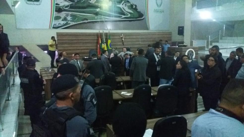 Polícia Militar e Guarda Municipal precisaram entrar no plenário — Foto: Fabiana Figueiredo/G1