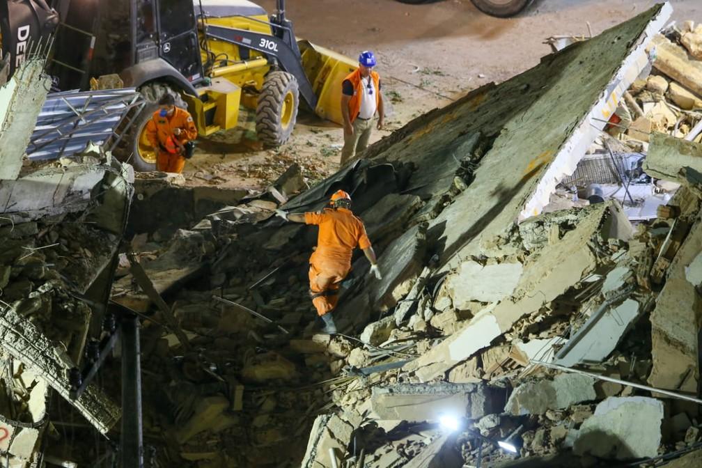 Ação de resgate dos desaparecidos sob os escombros do Edifício Andrea, em Fortaleza, segue há quatro dias, sem interrupções — Foto: Camila Lima/SVM