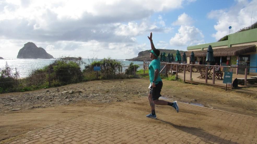Os atletas agradecem o percurso — Foto: Ana Clara Marinho/TV Globo