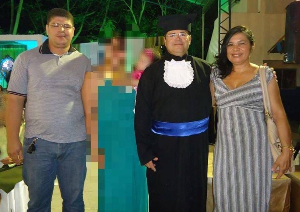 Rafael entre os pais, Ubiraci Lima de Freitas e Maria Silva de Freitas — Foto: Arquivo pessoal