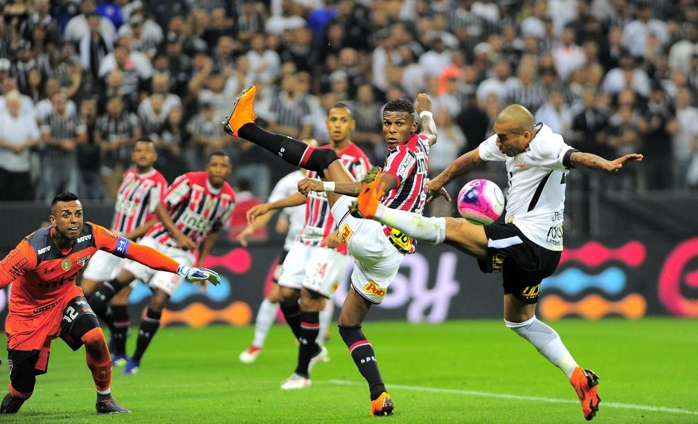 Emerson Sheik em ação pelo Corinthians em clássico contra o São Paulo — Foto: Marcos Ribolli