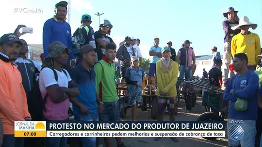 Carregadores e carrinheiros protestam por melhorias no Mercado do Produtor de Juazeiro