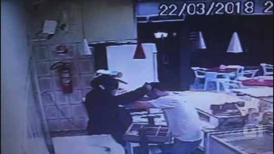 Assaltante aponta arma para cabeça de comerciante em Matão; veja vídeo