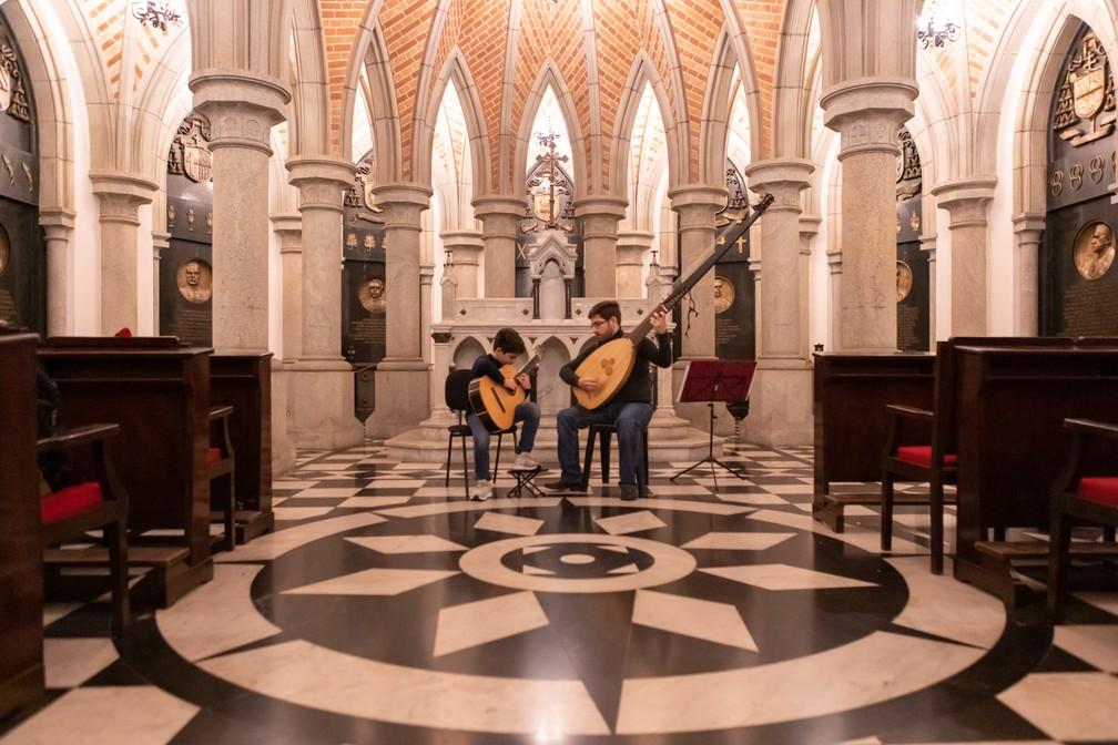 Os músicos Gabriel Ribeiro e Alexandre Ribeiro tocam na Cripta da Catedral da Sé  — Foto: Celso Tavares/G1