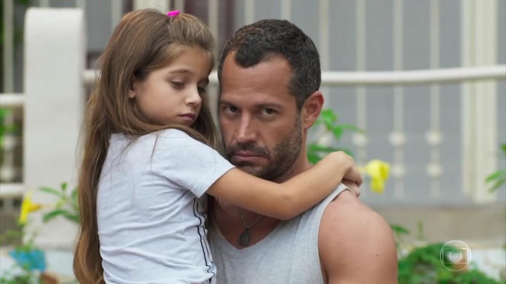 Apolo (Malvino Salvador) fica tenso com encontro entre Tancinha (Mariana Ximenes) e a mulher com quem foi visto - 'Haja Coração — Foto: Globo