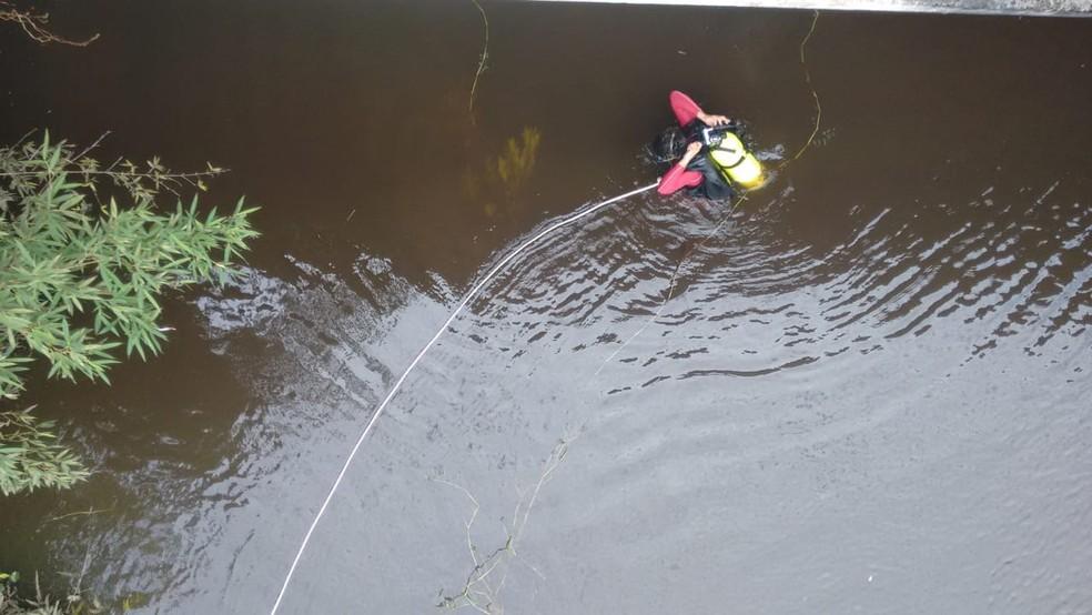 Mergulhadores fazem buscas por carro submerso em Itapoá. Duas pessoas morreram — Foto: Corpo de Bombeiros/Divulgação