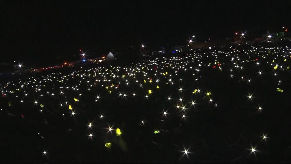 Público acende lanterna do celular durante show de Léo Santana, em Vitória da Conquista â?? Foto: Laécio Lacerda