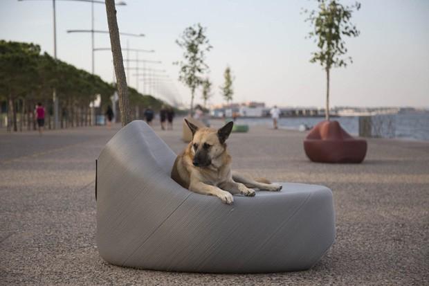 Projeto coleta embalagens de plástico para criar mobiliários urbanos (Foto: Reprodução )