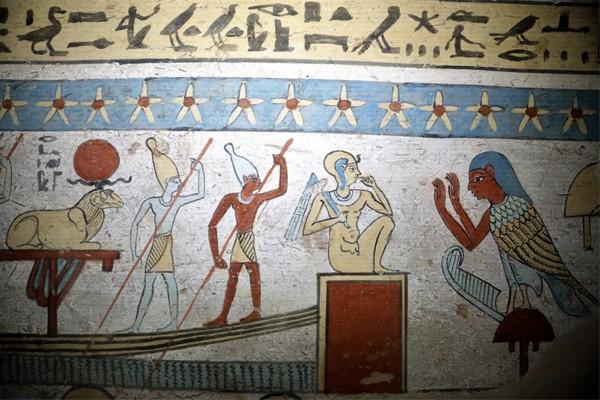 Parede de tumba retrata história do oficial Tutu e sua família, durante o período do Reino Ptolemaico, no Egito.  (Foto: Divulgação: Ministério das Antiguidades do Egito )