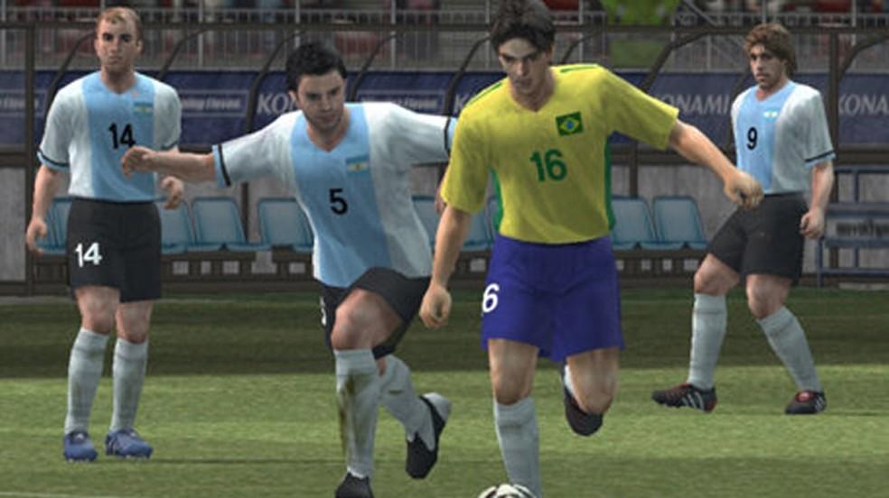 Enquanto jogos como PES 5 faziam sucesso no Brasil o PlayStation 2 só seria lançado oficialmente muitos anos depois — Foto: Reprodução/PlayStation