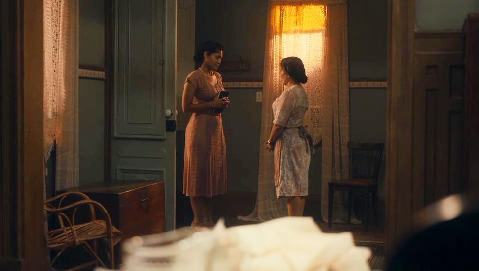 Shirley (Barbara Reis) inventa mentira para Lola (Gloria Pires)  — Foto: Globo