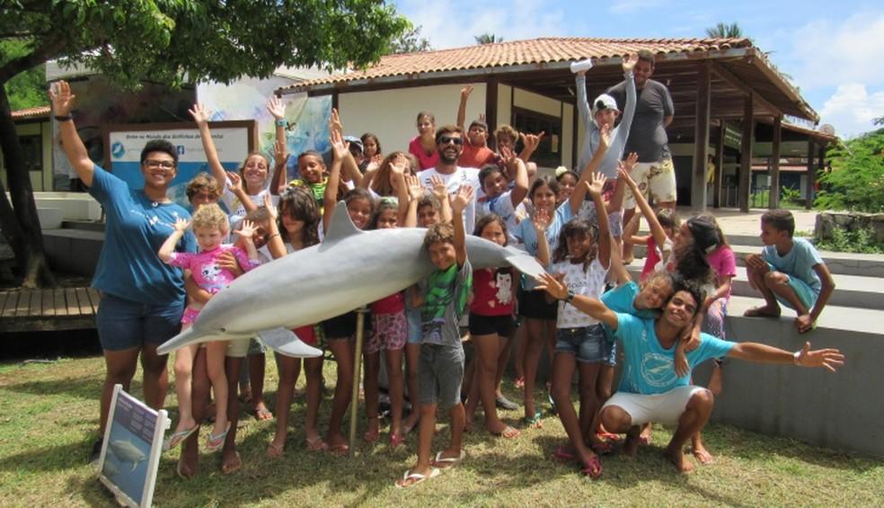 Participantes viram a réplica de um golfinho em museu da ilha — Foto: Ana Clara Marinho/TV Globo