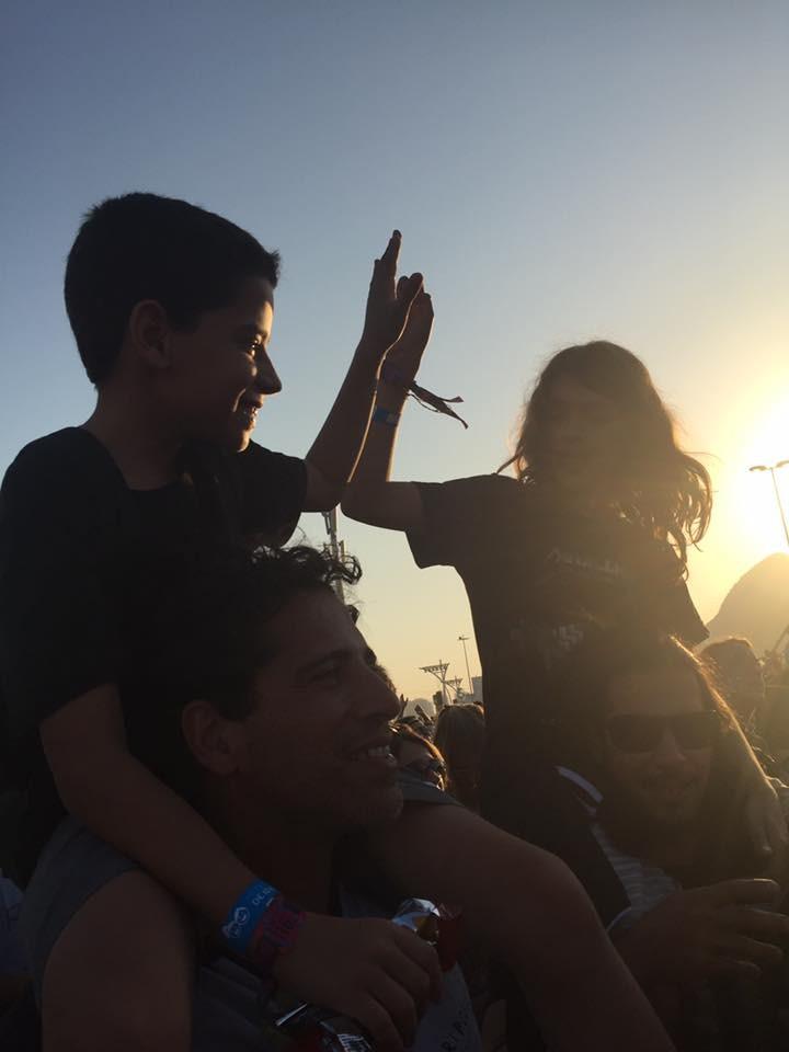 Crianças assistem ao show no palco Sunset