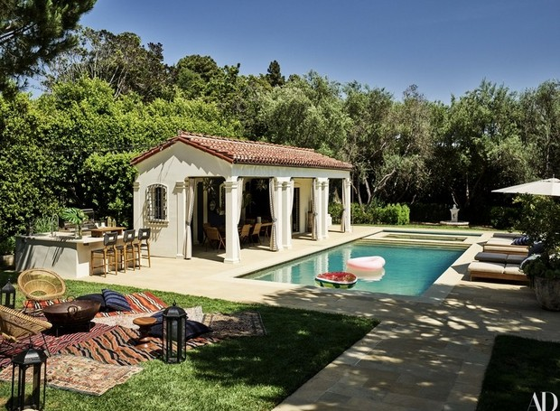 A piscina é cercada por espreguiçadeiras, áreas para descanso e para refeições ao ar livre (Foto: Douglas Friedman/ Reprodução)