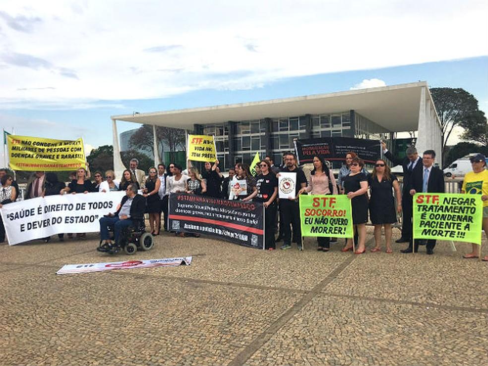 Manifestantes fazem movimento em frente ao STF em defesa do financiamento de medicamentos de alto custo a portadores de doenças raras — Foto: Luiza Garonce/G1