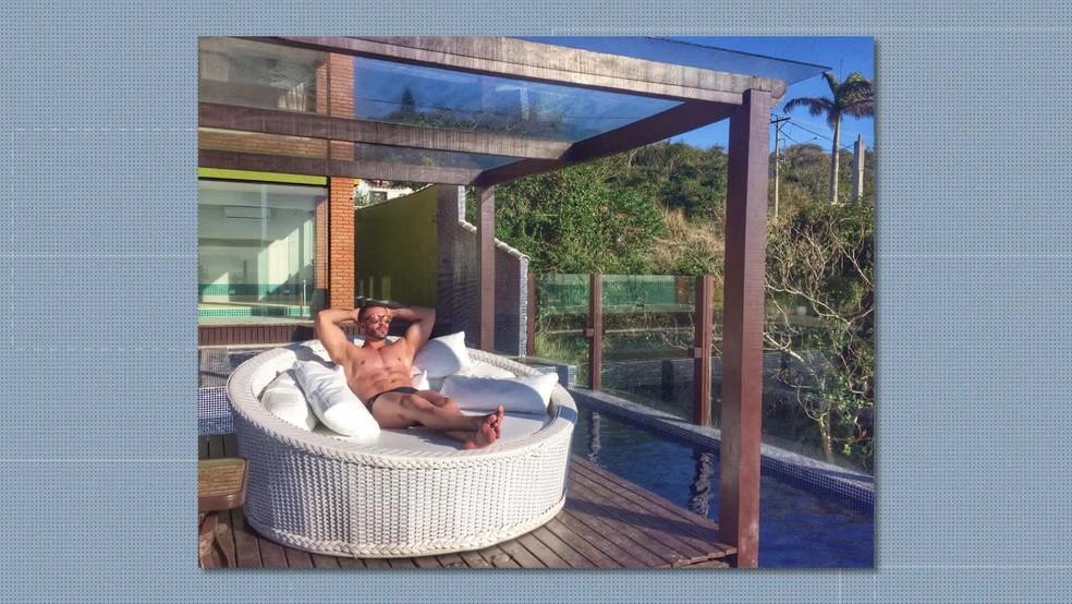 Bernardo tinha uma 'vida de playboy' e exibia fotos em pousadas luxuosas nas redes sociais. — Foto: Reprodução / TV Globo